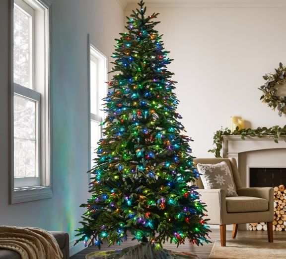 Sapin de Noël Aurora NOMA Advanced, spectacle son et lumières, 7.5 pi  Doté de la technologie de lumières RVB à 600 lumières à DEL, d'un haut-parleur intégré avec 7 spectacles de son et lumière préréglés et 10 effets d'éclairage colorés.  MAGASINEZ MAINTENANT