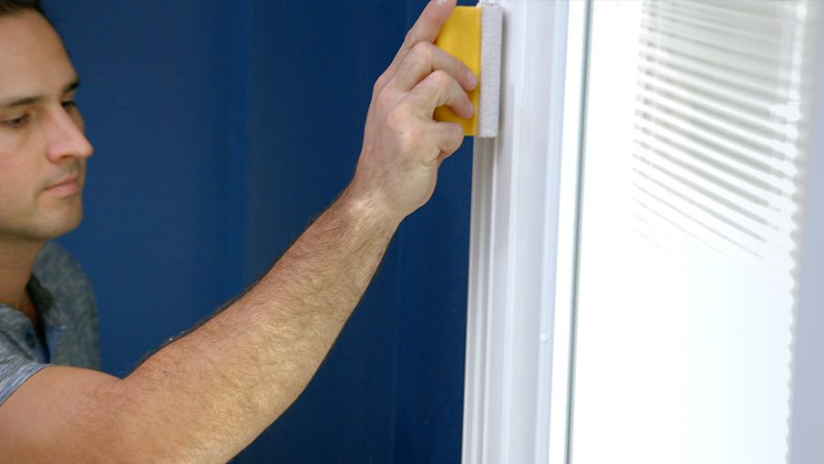 Sablez légèrement la bordure à l'aide d'un papier abrasif