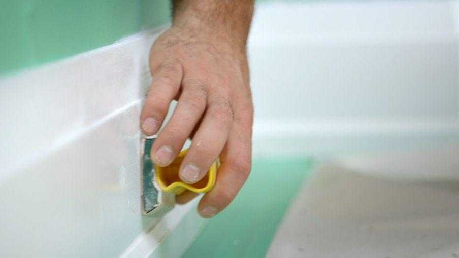 Utilisez un papier abrasif pour sabler légèrement la bordure
