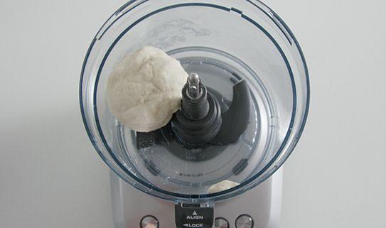 Un robot culinaire avec une lame pétrisseuse